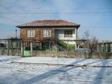 Слънчева двуетажна къща с двор близо до Пловдив