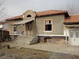 Едноетажна къща до вековен дъб