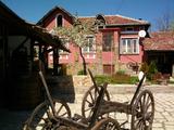 Напълно обзаведен имот със съхранен традиционен български стил