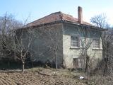 Двуетажна къща с двор край Пирдоп и Златица