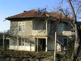 Двуетажна, масивна къща в село на 20 км. от гр. Велико Търново