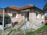 Уютна къща с двор, лятна кухня и паркинг в развито село