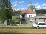 Двуетажна къща с двор и гараж близо до Елхово
