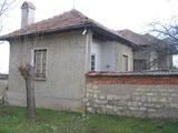 Къща с просторен двор в добре развито село до Велико Търново