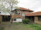 Приятна двуетажна къща с двор близо до Пазарджик