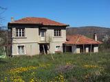 Масивен имот с много голям двор и гараж само на 15 км  от Велико Търново
