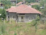 Масивна едноетажна къща в село на 15 км. от град Бяла