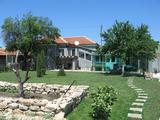 Прекрасна къща с лятна кухня и поддържан двор край Ямбол
