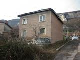 Масивна двуетажна къща с двор на 4 км от Враца