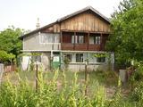 Двуетажна вила с двор и гараж в спокойно Видинско село