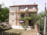 Чудесна обзаведена триетажна къща с двор край Ямбол