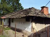 Две къщи в голям двор в селище в близост до град  Априлци