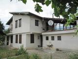 Масивна двуетажна къща с голям двор на 25 км от Хисаря