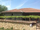 Едноетажна къща с голям двор в в село на 26 км от Велико Търново