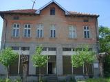 Много голяма, масивна къща с търговски помещения,  в село на 25 км от Велико Търново