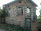 Едноетажна тухлена  и стара кирпичена къщи в село на 25 км от Велико Търново