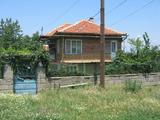 Просторна селска къща с голям двор край Ямбол