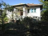 Масивна двуетажна къща в село на 47 км от Велико Търново