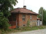 Двуетажна селска къща която се намира на 10 км от гр. Троян