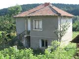 Масивна къща с двор и красива гледка в планината