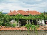 Еднофамилна къща с двор и лятна кухня край Хисаря