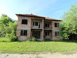 Масивна  двуетажна къща  в село на 20 км от гр. Априлци