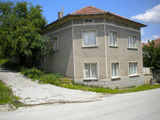 Масивни двуетажни къщи в село на 40 км. от Велико Търново