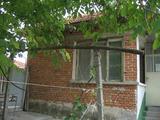 Селска къща с двор на асфалтиран път край Елхово