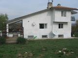 Триетажна къща с двор и гараж на 30 км от Ямбол