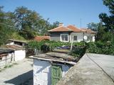 Уютна двуетажна къща с двор край Елхово