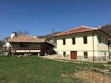 Ремонтирана стара възрожденска къща и ново бунгало в село на 10 км от Габрово