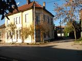 Масивна двуетажна къща в центъра на развито село