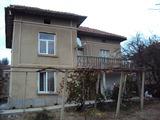 Ремонтирана двуетажна къща с много голям двор,  в село на 37 км от Велико Търново