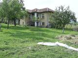 Двуетажна масивнa къща с гараж и до малка река  в сърцето на Стара планина