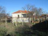 Двуетажна къща с голям двор на 17 км от Ямбол