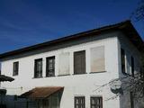 Две къщи в общ голям парцел близо до центъра на гр.Елена