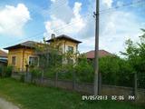 Две селски къщи в един двор на 50 метра от река Дунав