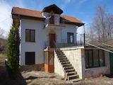 Масивна триетажна вила и едноетажна допълнителна постройка на 15 км от с. Боженци