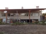 Масивна двуетажна къща в село с минерални извори