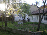 Голяма двуетажна къща с двор в село на 17 км от Велико Търново