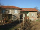 Масивна къща с гараж в населено място на 37 км от Велико Търново