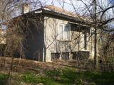 Къща с равен и поддържан двор в голямо село на 39 км от Велико Търново