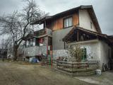Масивна двуетажна къща в село само на 14 км от град Априлци