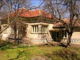 Селска къща с гараж и стопански сгради на 23 км от В.Търново