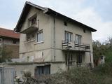 Първи етаж от къща и двуетажна къща за реновиране в с. Костенец