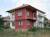 Масивна триетажна къща, разположена на 38 км от гр. Велико Търново