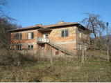 Тухлена двуетажна къща с много голям двор, на 18 км от гр. Елена