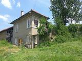 Двуетажна къща и стопански постройки в село на 25 км от В. Търново