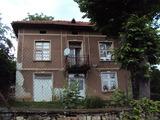 Двуетажна тухлена къща с двор на 30 км от Велико Търново
