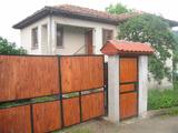 Масивна двуетажна къща с камина в село на 34 км от гр. Елена